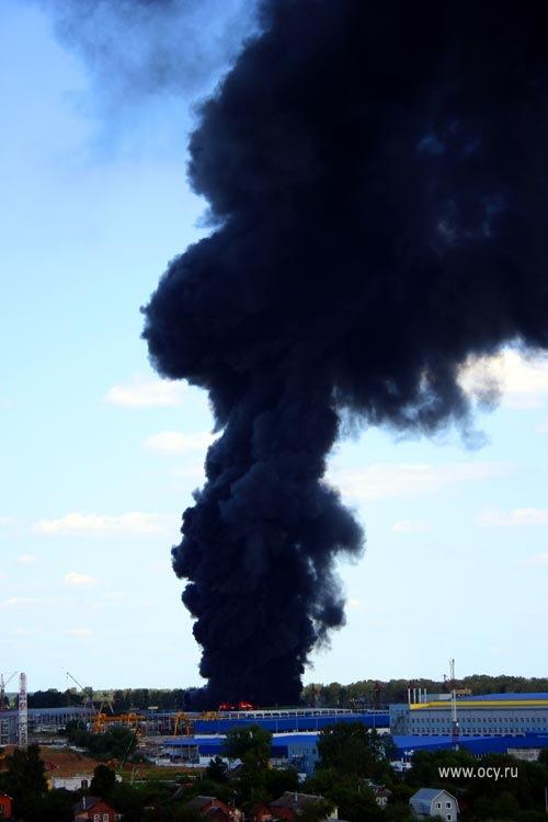 В подмосковной Лобне горит склад каучуковой продукции. Время фото — 14.26 МСК