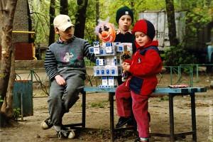 Дети знакомятся с творением искусственного разума: этот робот был изготовлен нами из пустых пачек от сигарет Союз Аполлон и LM.