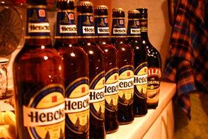 Ряд бутылок пива Невское