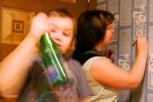Вообще-то, снимок с дня рождения. Пока мама отмечает рост мальчика, мальчик украдкой допивает шампанское прямо из горлышка. Так многое в жизни.