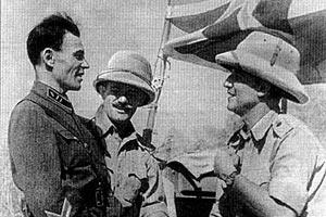 Бывший начальник оперативного отдела 28-го механизированного корпуса майор Чернев обсуждает с полковником Мак Вегом и майором Робинсоном план размещения советских и английских войск. Иран, сентябрь 1941 г.