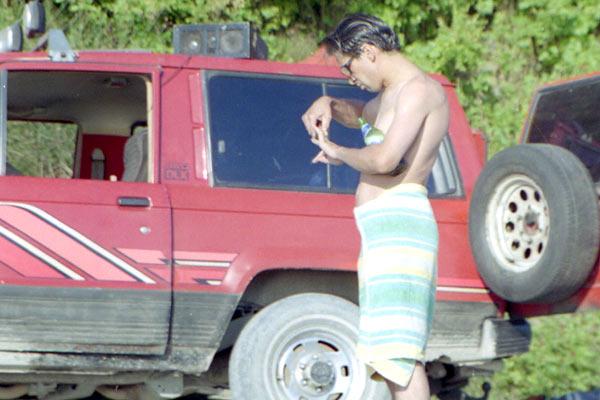 Следить за внешним видом нужно и в диких путешествиях. Где то на пляже. 1997 год