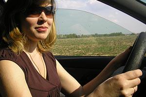 Нюша учится водить.