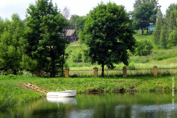 Пруд Овстуга оснащён увеселительно-прогулочной лодкой.