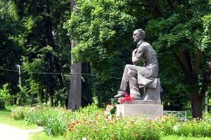 Памятник Тютчеву в Овстуге. Скульптор А. И. Кобилинец. 1978 год.