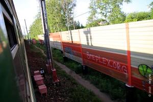 На заграждениях вдоль железной дороги очень много рекламы