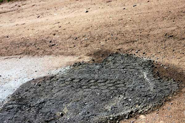 Цементная заплатка на дороге