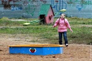 Девочка ловит снег 17 октября 2010 года