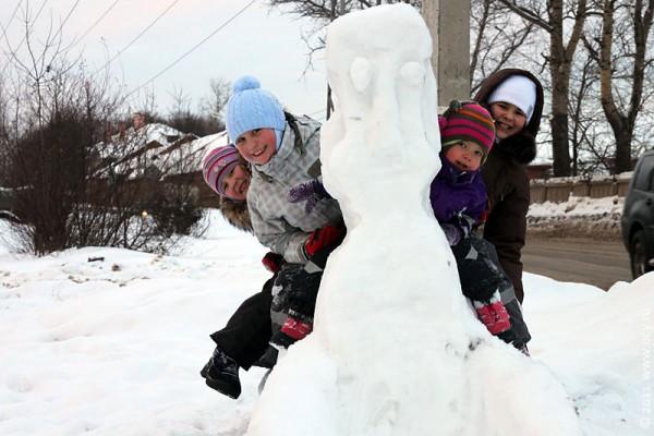 Снежный сфинкс легко выдерживает 4 детей.