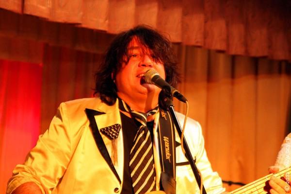 Александр Грецинин — бас-гитара, вокал.