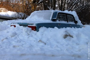 Машина в снежном плену.
