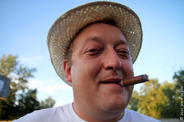 Макс с сигарой. Натуральный кубинец же, не?