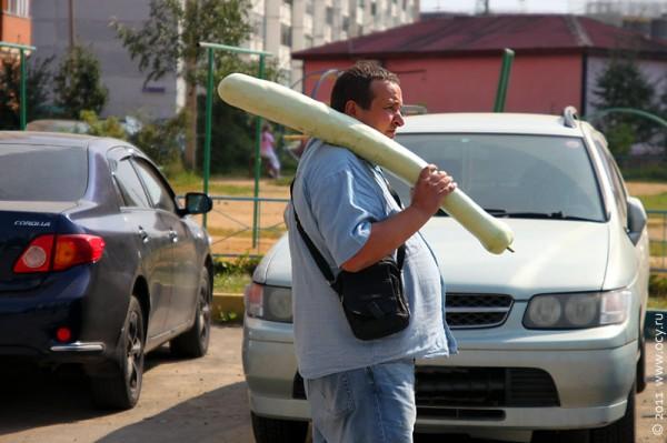 А это не бита, а длинный кабачок.