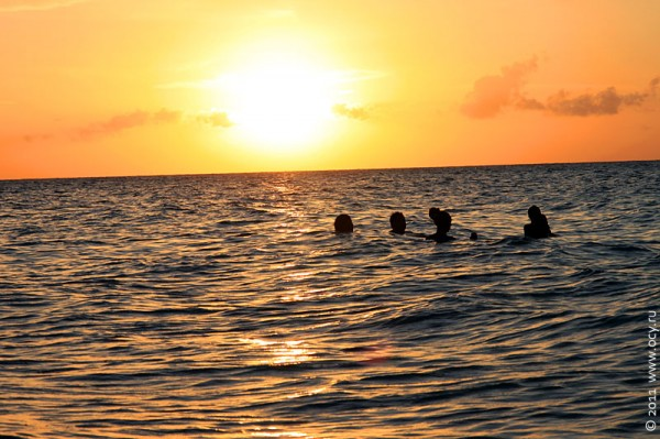 Океан, солнце.