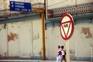 Дорожные знаки на Кубе: pare — остановись.