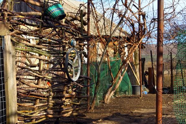 Плетёная дверь-сейф с кольями.