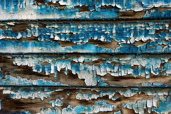 Старая синяя краска на стене.